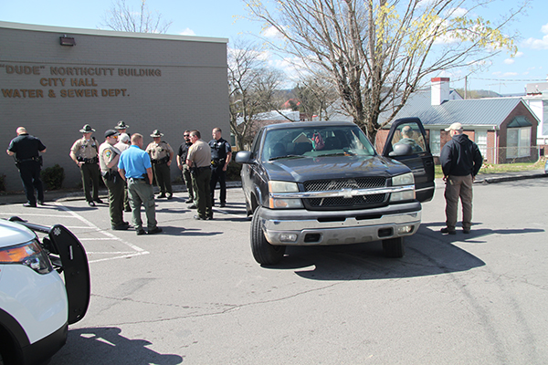 Chase for robbery suspects ends at Woodbury City Hall